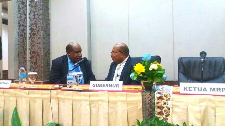 Gubernur Papua Lukas Enembe (kanan) berbincang dengan Seklis MRP, Drs. Wasuok D. Siep.