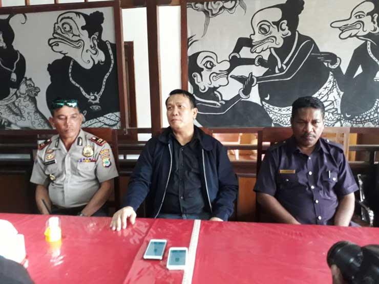 (Kanan ke kiri) Kepala Dinas Pemberdayaan dan Pemerintahan Kampung, Hendrik Ricko Tetelepta, Beni Adam Son Hasani, dan Iptu Abdul Mucklis Tanaiyo, Minggu (17/12).