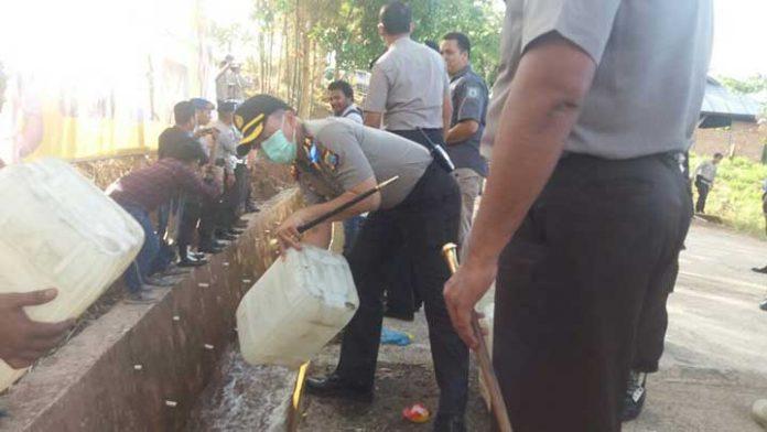 Pemusnahan Cap Tikus bernilai sekira Rp1,3 M di Sorong, Senin (13/11).