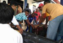 Polisi dibantu warga mengevakuasi brankas kantor klasis yang dibobol maling.
