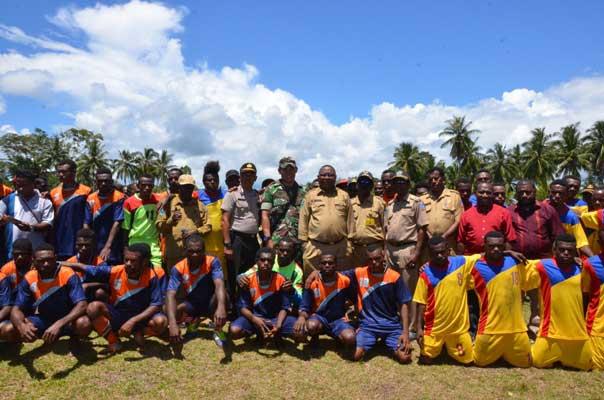 Bupati Sorong Selatan Samsudin Anggiluli, SE membuka turnamen sepak bola Imeko di Distrik Kokoda.