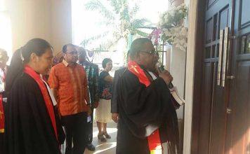 Pentahbisan gedung gereja GKI Sion Klabala oleh Ketua Klasis GKI Sorong, Pdt. Isak Kwatolo, S.Th., Minggu (26/11).