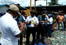 Gubernur Papua Barat Dominggus Mandacan dalam pemusnahan miras di pangkalan utama Fasharkan TNI AL Manokwari, Jumat (17/11)