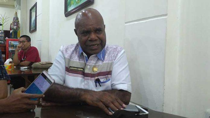 Kepala Dinas Sosial Papua Barat Lasarus Indow