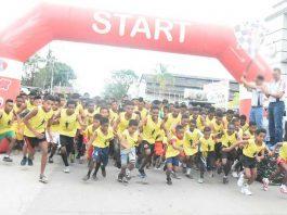 Kapolda PB saat melepas peserta lari 10 K HUT ke-72 Brimob di Kota Sorong, Sabtu (11/11).