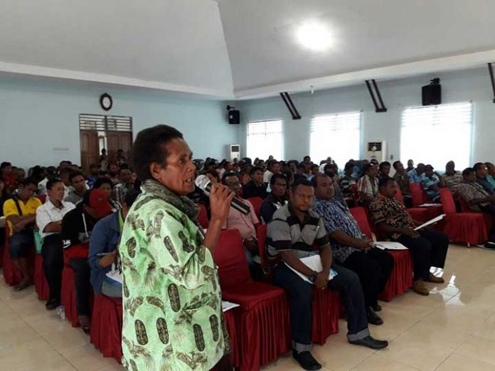 Seorang perwakilan tokoh perempuan menyampaikan gagasannya dalam sesi tanya jawab dalam uji publik terhadap tiga Ranperda inisatif DPRD Kaimana, Kamis (30/11).