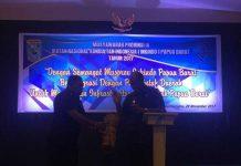 Wagub Papua Barat Mohamad Lakotani membuka Musprov IV Inkindo PB dengan menabuh tifa.