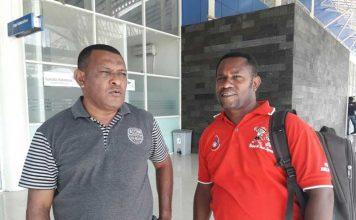 Obeth Nanay (kanan) ketika berdiskusi dengan Kabag Humas Pemkab Kaimana di Bandar Udara Utarum Kaimana.