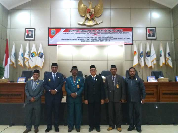 Wakil Gubernur Papua Barat, Mohamad Lakotani (kedua kiri) foto bareng usai pelantikan PAW.