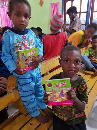 Kado Natal, JPA Bagikan Alkitab Ceria Untuk Anak Papua