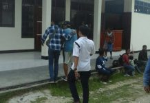 SHS mengenakan celana pendek putih saat dilimpahkan ke Kejari Sorong, Rabu (6/12).