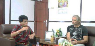Wakil Bupati ManSel, Wempie W. Rengkung SE, berdiskusi dengan peneliti asal AS, Joseph Simcox.