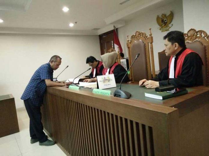 Wakil Ketua I DPRD Kaimana, Drs. Ajid Hi Kadir, ketika mencabut gugatanya dihadapan majelis hakim Pengadilan Negeri Jakarta Pusat, Rabu (13/12) siang tadi