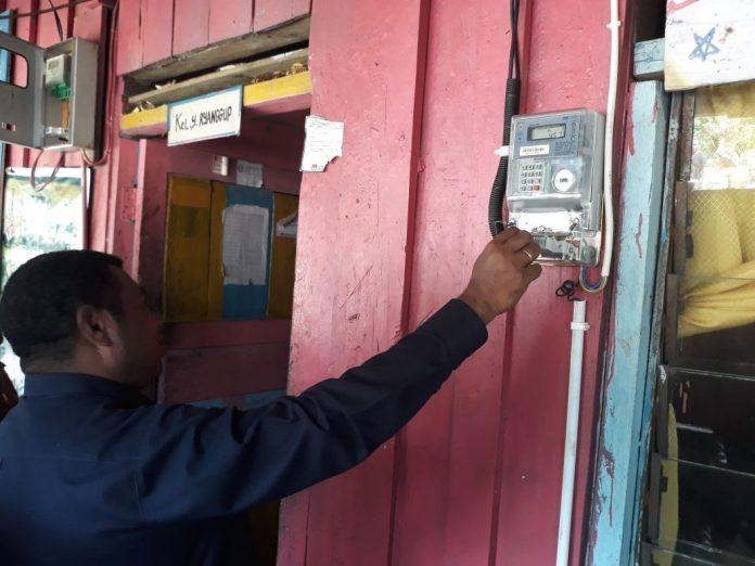 Bupati Manokwari Demas Paulus Mandacan menghidupkan instalasi listrik di rumah seorang warga, Kamis (21/12).