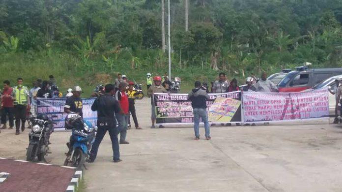 Warga saat menyampaikan aspirasi terkait listrik di DPRD Teluk Bintuni, Rabu (6/12).