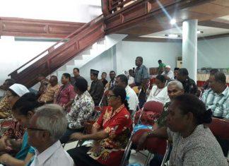 Salah satu tokoh agama menyampaikan gagasan dalam sesi tanya jawab dialog lintas agama di Kaimana, Kamis (7/12).