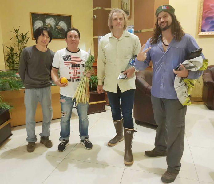 Joseph Simcox (kedua kanan), Patrick Simcox (kanan), warga Jepang yang turut dalam ekspedisi ke Manokwari, dan tim papuakini.co Mercys C Loho.