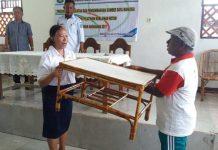 Meja buatan peserta pelatihan diserahkan perwakilan pengrajin ke Disperindagkop Teluk Wondama, Rabu (13/12).
