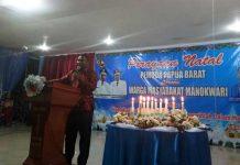 Ketua Panitia Natal Pemuda PB bersama masyarakat Manokwari, George Dedaida.