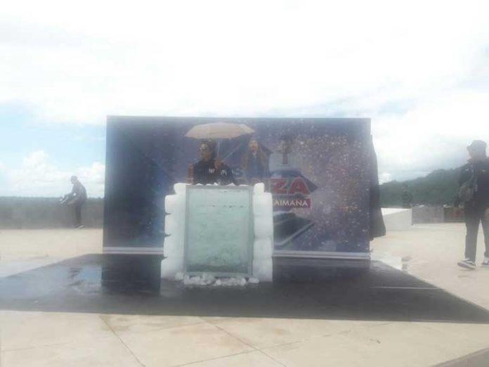 Limbad dalam tong berisi es batu di Kaimana, Minggu (31/12).