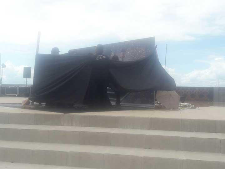 Tong tempat limbad berendam dala es batu ditutup kain hitam pada pukul 13.28, Minggu (31/12) di Kaimana.