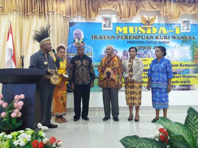 Gubernur Papua Barat Dominggus Mandacan saat membuk Musda I Ikatan Perempuan Kuri Wamesa, Kamis (14/12).