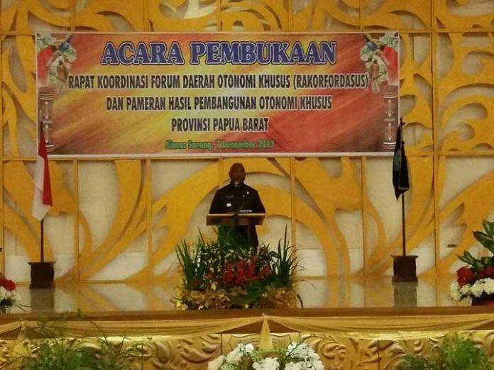 Gubernur Papua Barat Dominggus Mandacan menegaskan komitmennya terkait penggunaan dana Otsus untuk OAP. Tampak Gubernur saat membuka Rapat Kordinasi Forum Daerah Otonomi Khusus (Rakorfordasus) dan Pameran Hasil Pembangunan Otonomi Khusus Provinsi Papua Barat, di gedung Aimas Convetion Centre (ACC) Kabupaten Sorong, Kamis (7/12).