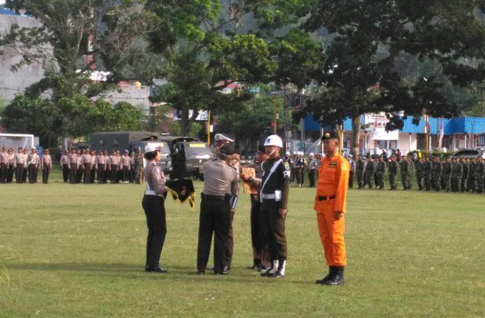 Penyematan pita personil Operasi Lilin 2017 secara simbolis oleh Wakapolda PB, Kombes Tatang, di Lapangan Borarsi, Manokwari, Papua Barat, Kamis (21/12).