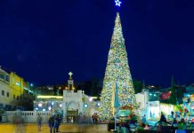 Pohon Natal di taman Mary's Well Square, Nazareth. (foto: ist/Shutterstock.com)