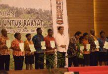 Presiden Joko Widodo foto bersama usai enyerahan 2568 sertifkat di Aimas Convention Center, Kabupaten Sorong, Papua Barat, Rabu (20/12). (foto: ist/Penrem)