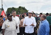 Presiden Joko Widodo berbincang dengan Gubernur Papua, Lukas Enembe, didampingi Dirut PLN Sofyan Basir dan Bupati Nabire Isaias Douw. (foto: ist/Rusman - Biro Pers Setpres.)