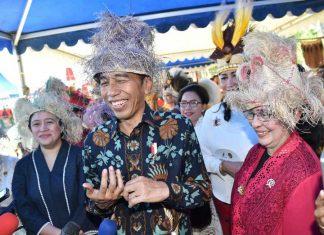 Presiden Joko Widodo di arena peringatan Hari Ibu di Waisai, Raja Ampat, Papua Barat, Jumat (22/12). (foto: ist/Rusman - Biro Pers Setpres.