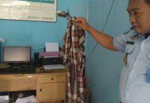 Anggota Lapas Manokwari menunjukkan sarung yang digunakan napi untuk kabur.