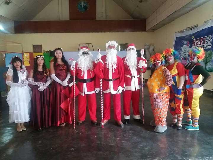 Tiga Sinterklas dan para pendukung peri dan badut tanpa ada Pit Hitam yang menakutkan.