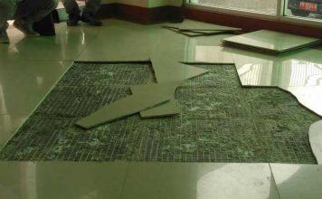 Tegel rusak di Rektorat Unipa. Foto dijepret Rabu (13/12).