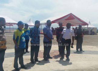 Gubernur Papua Barat Dominggus Mandacan dan Bupati Raja AMpat Alfaris Umlati meninjau WTC, lokasi peringatan Hari Ibu Nasional 2017.