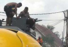 Water cannon Polda PB bantu padamkan kebakaran.