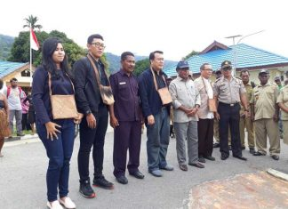Bupati Teluk Wondama Bernadus A Imburi bersama Tim Satgas Kemendes, Minggu (17/12).