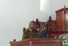 Gubernur Papua Barat Dominggus Mandacan dalam ibbadah perdana PKB di Gereja Sion Sanggeng, Minggu (18/2).