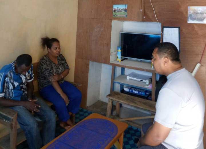 Kapolres Sorong Selatan, AKBP Romylus Tamtelahitu bersama Brigpol Jubel Jowey dan istri.