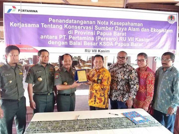 Penandatanganan MoU antara BKSDA Papua Barat dan PT. Pertamina RU VII Kasim.