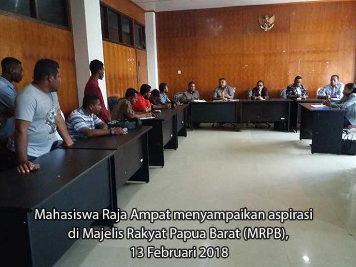 Penyampaian aspirasi mahasiswa Raja Ampat di MRPB, Selasa (13/2).
