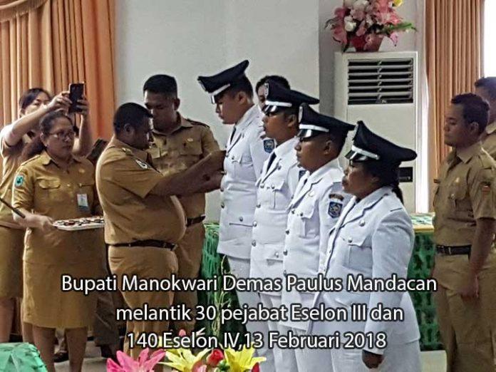 Bupati Manokwari Demas Paulus Mandacan memasang pin tanda jabatan secara simbolis dalam pelantikan 170 pejabat eselon III dan IV, 13 Februari 2018.