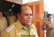 Walikota Sorong Drs. Ec. Lambert Jitmau.