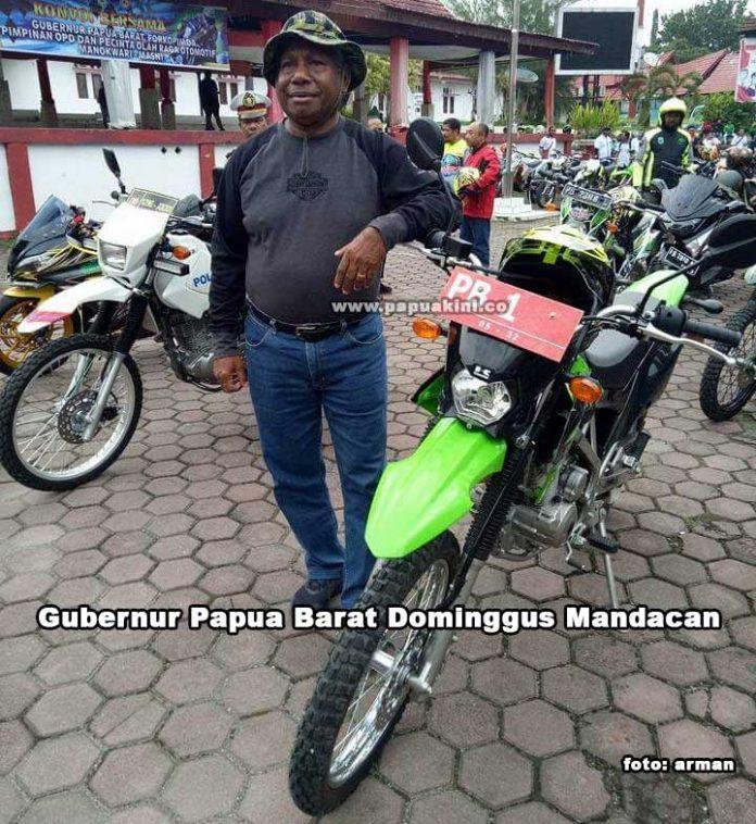 Gubernur Papua Barat Dominggus Mandacan memimpin konvoi menuju Masni untuk mengecek kesiapan sirkuit motoprix.