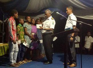Gubernur Papua Barat Drs Dominggus Mandacan saat membagikan kartu BPKS Kesehatan i Kampung Sembab, Distrik Masni, Kabupaten Manokwari, Rabu (28/3).