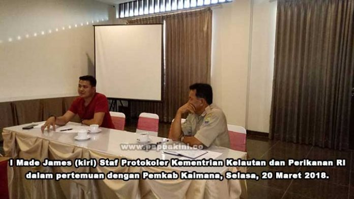 I Made James (kiri) Staf Protokoler Kementrian Kelautan dan Perikanan RI ketika melakukan pertemuan dengan Pemkab Kaimana, Selasa, 20 Maret 2018.