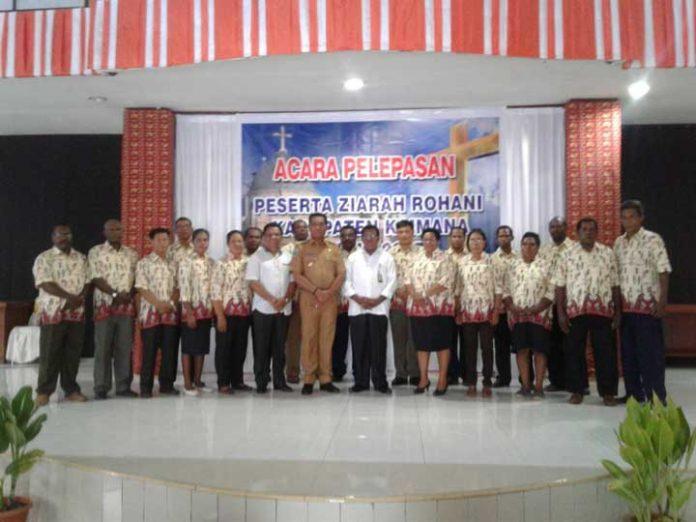 Bupati Kaimana Drs Matias Mairuma bersama peserta ziarah rohani.