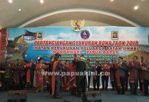 Gubernur Papua Barat Drs. Dominggus Mandacan saat dinobatkan sebagai sepupuh IKKB Manokwari, 17 Maret 2018.
