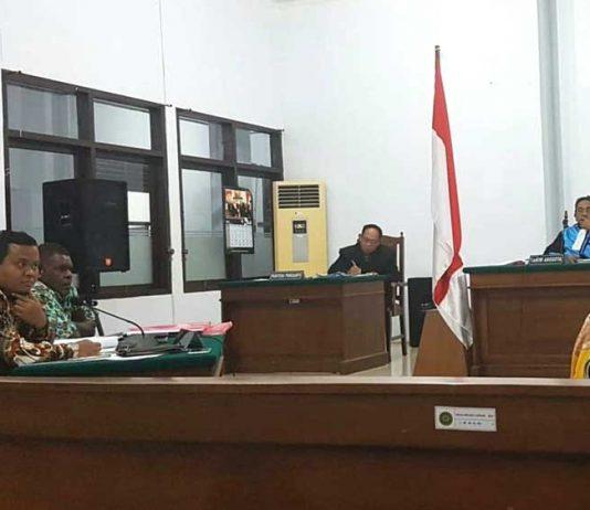 Yulius Kayame dan Martinus Keiya, bakal calon bupati dan wakil bupati Kabupaten Paniai, Provinsi Papua, menang di Pengadilan Tinggi Tata Usaha Negara Makassar, Jumat (23/3).